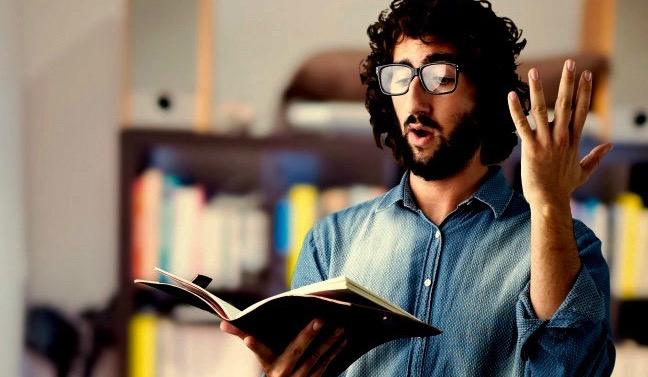 uomo legge ad alta voce