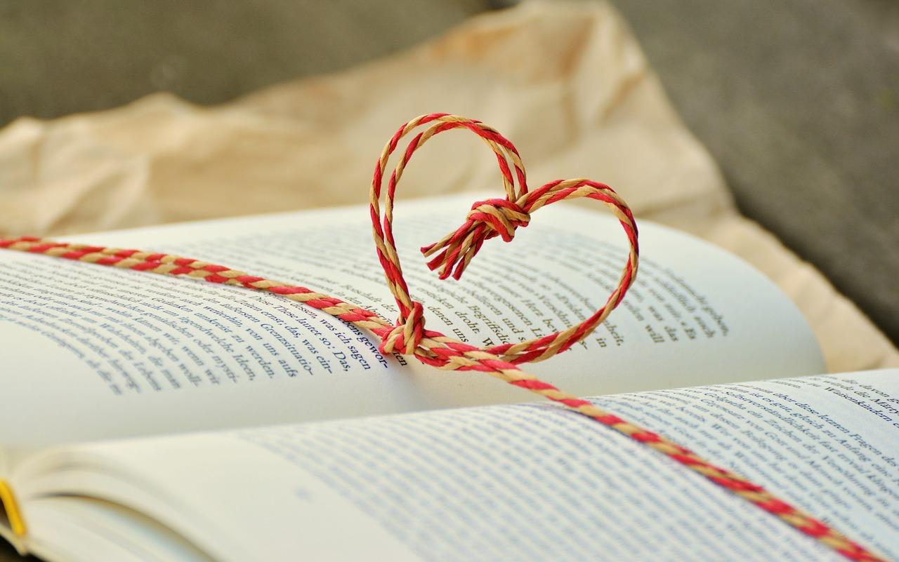 cuore di spago su libro per l'estate