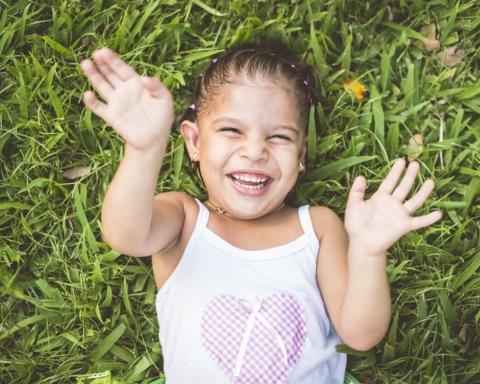 Bambina felice Montessori